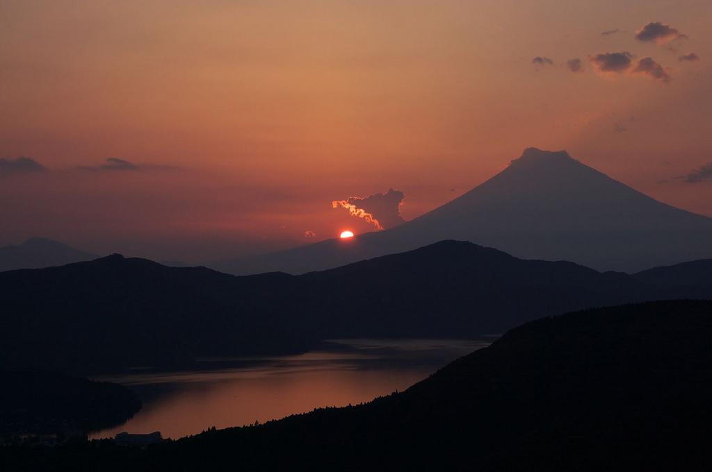 Coucher de Soleil sur le lac Ashi, par Hoge asdf.