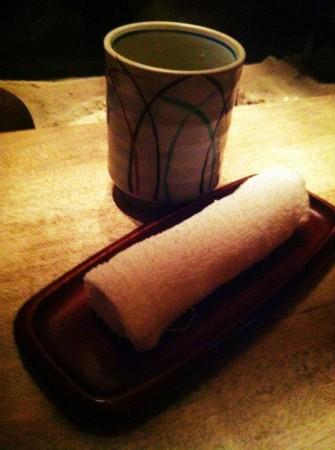 Oshibori et verre de thé.